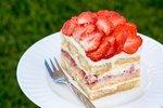 Nepečené jahodové moučníky: Osvěžte se kombinací jahod a smetany