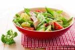 Teplé saláty, po kterých nepřiberete: Těstovinové, s tuňákem nebo s řepou!