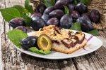 Co by to bylo za léto bez poctivého švestkového koláče? Vyzkoušejte tento božsky nadýchaný koláč, ve kterém se dokonale snoubí chuť kokosu a švestek.