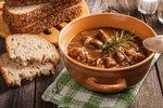 Chcete si dát něco opravdu pikantního? Vyzkoušejte šťavnatý guláš podle receptu maďarské kuchyně.