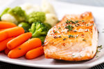 VIDEO: Šéfkuchař vás naučí bleskového lososa s opečenými bramborami a květákem