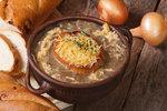 V hlavní roli cibule: naplňte ji masem, uvařte francouzskou cibulačku!