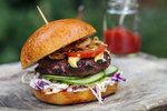 Grilovací sezona: Nejlepší burgery se sýrem, avokádem a farmářský steak!