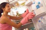 Jak vyčistit lednici, myčku a mikrovlnku snadno a bez chemie? Pomůžou ocet, citron i soda