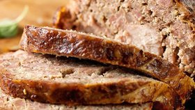 Staročeská sekaná je naprosto klasické jídlo z mletého masa, které vyžaduje špetku umění