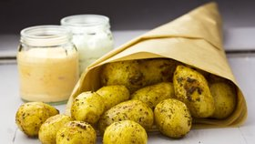 Nové brambory na bylinkách