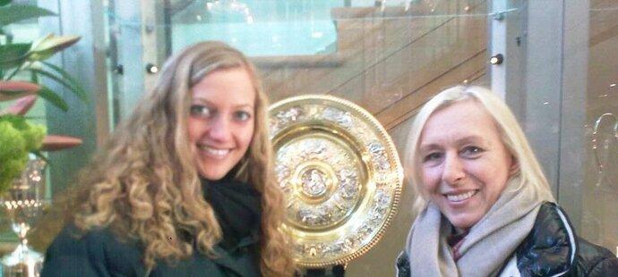 Petra Kvitová a Martina Navrátilová před originálem trofeje pro vítězku Wimbledonu - jméno Kvitová je na něm (zatím) jednou, to Navrátilové devětkrát
