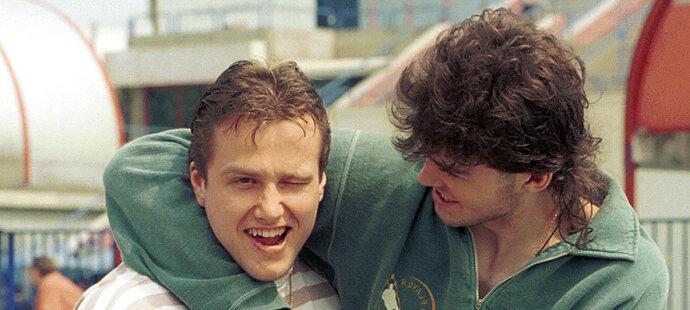 Takhle Jágr se Strakou pózovali fotografovi Sportu na mistrovství světa v Itálii v roce 1994