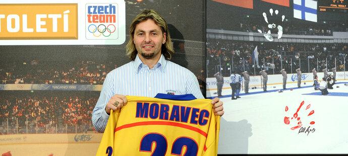 David Moravec s památečním dresem při oslavách 15letého výročí naganského zlata
