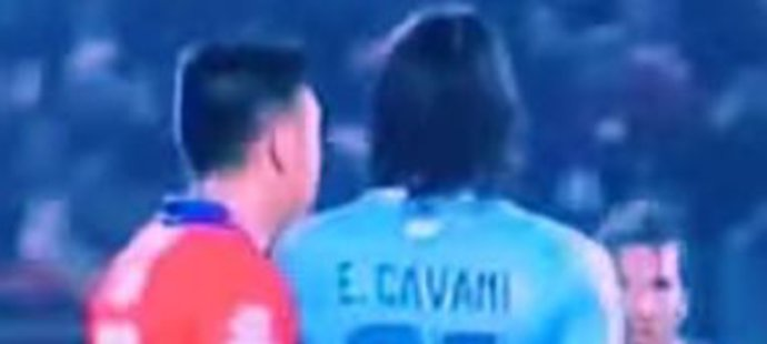 Obránce Jara strčil Cavanimu během čtvrtfinále Copa Amérika prst do zadku.