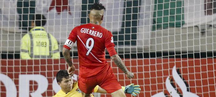 Paulo Guerrero právě zakončuje hattrick.