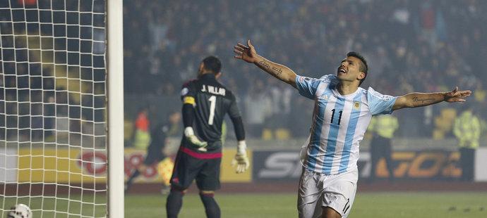 Agüero slaví gól, kterým zvýšil na 5:0.