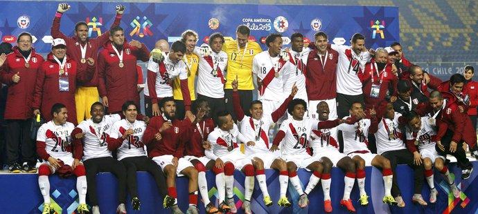 Fotbalisté Peru a jejich bronzové medaile.