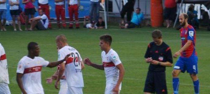 Jan Kliment slaví se spoluhráči svůj premiérový gól za Stuttgart