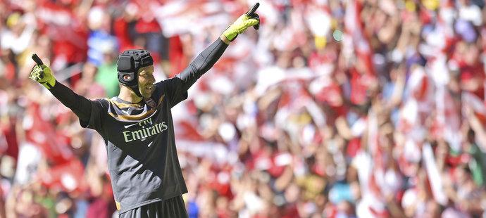 Brankář Arsenalu Petr Čech slaví vítězství nad Chelsea v anglickém Superpoháru
