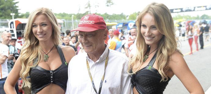 Legendární Niki Lauda pózuje se dvěma krásnými hosteskami na GP Brna