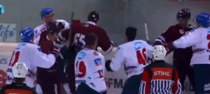 Michal Čajkovský (65) se nebojácně vrhal mezi soupeře.
