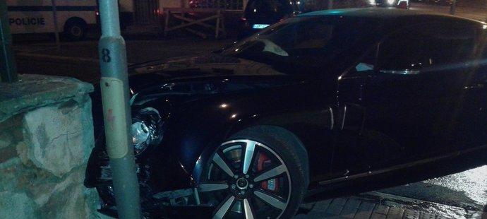 Nabourané luxusní vozidlo Bentley, které v opilosti řídil plzeňský obránce David Limberský