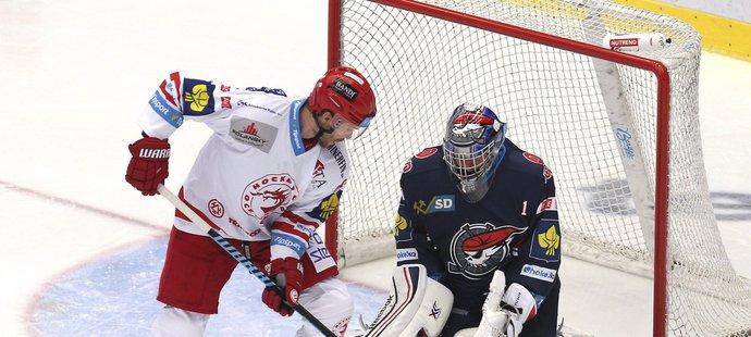 Tomáš Plíhal bojuje před brankářem Kopřivou.