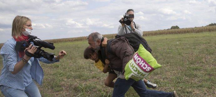 Útok kameramanky na syrského uprchlíka získal obrovskoupublicitu