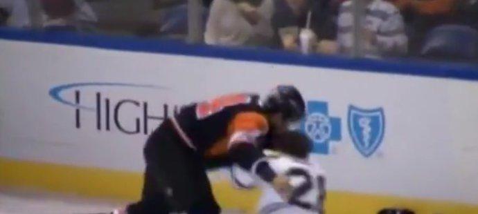 Oleksy rozdal více ran, ale zamířil jako první k ledu.