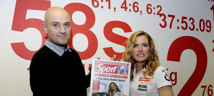 Šéfredaktor deníku SPort Lukáš Tomek předává Gabriele Soukalové upomínku na slavnostní uvedení do Síně slávy