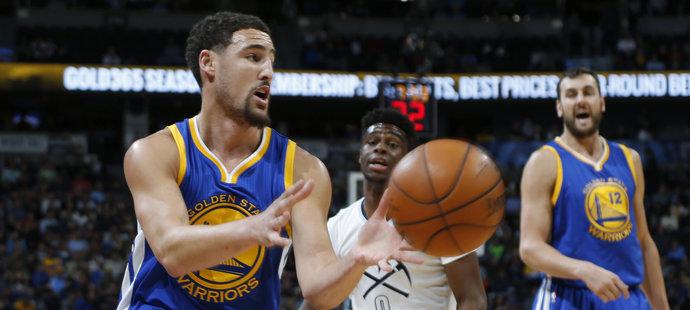 Basketbalisté Golden State vyhráli v NBA i patnáctý zápas v nové sezoně a vyrovnali rekordní vítěznou sérii na úvod soutěže