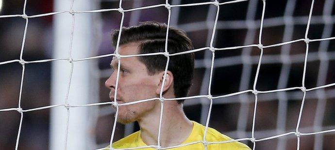 Brankář AS Řím Wojciech Szczesny musel na půdě Barcelony vyndávat šestkrát míč ze své sítě