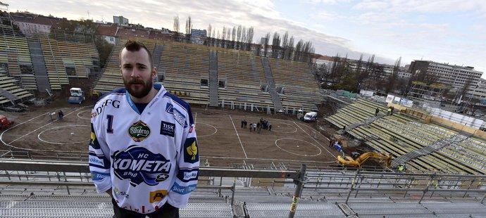 Brankář Komety Marek Čiliak si prohlíží jak vznikají tribuny