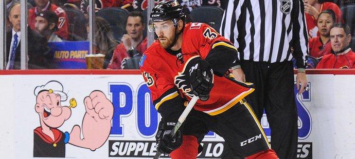 Jakub Nakládal konečně oblékl dres Calgary v zápase NHL, hrál ale jen krátkou chvíli