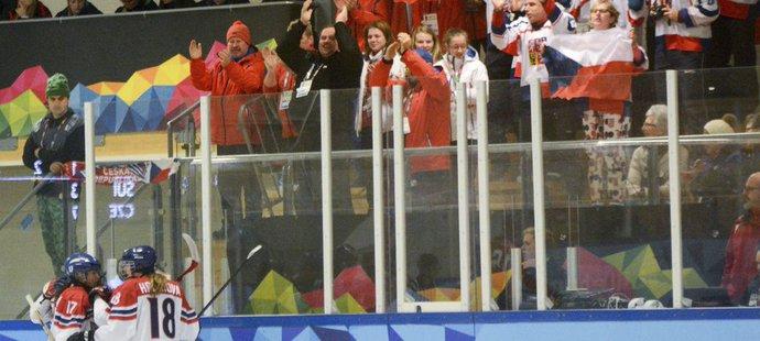 České hokejistky se svými fanoušky na olympiádě mládeže v Lillehammeru. Nakonec mladé Češky braly stříbrné medaile.