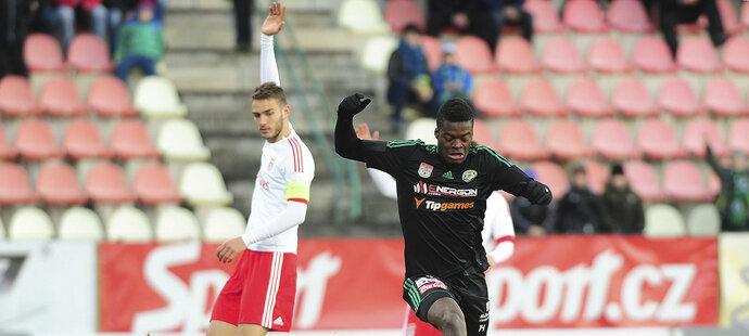 André Ferreira zasahuje proti příbramskému útočníkovi Ayongovi (vpravo).