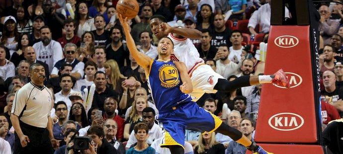 Curry trefil trojku už po 78 sekundách hry hned svou první střelou v utkání