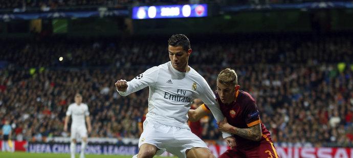 Obránce Lucas Digne (vpravo) se snaží obrat o míč Cristiana Ronalda