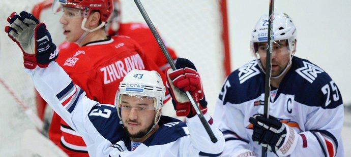 Jan Kovář a Danis Zaripov se radují z gólu Magnitogorsku