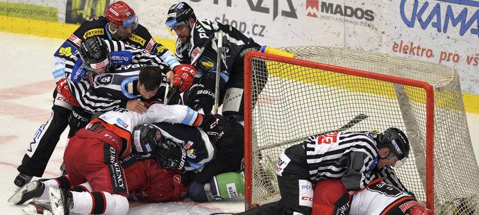 Hokejisté Hradce a Boleslavi v hromadné bitce