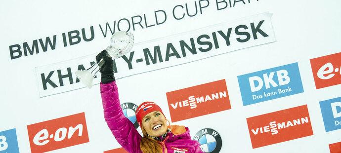 První trofej je doma. Gabriela Soukalová s malým křišťálovým glóbem za sprint.