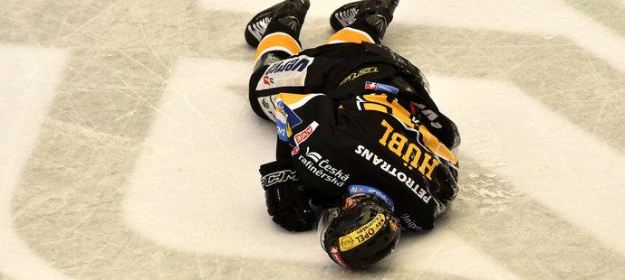 Viktor Hübl zůstal po likvidačním zákroku Martina Rohana v bolestech na ledové ploše