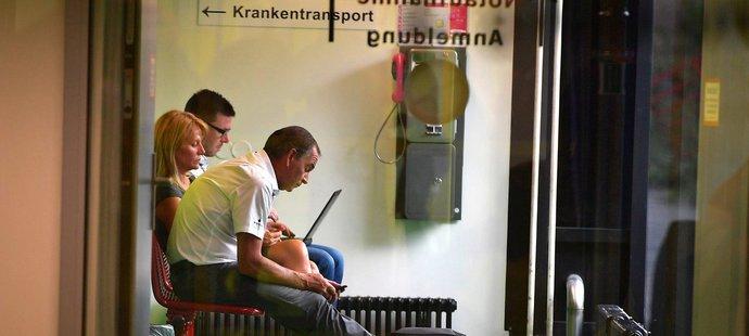 Manažer cyklistického týmu Lotto-Soudal Marc Sergeant v nemocnici v německých Cáchách, kam převezli zraněného Stiga Broeckxe