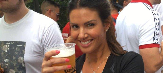 Rebekah Vardyová pózuje s pivem před zápasem Anglie - Rusko. Pak ovšem zůstala v šoku.