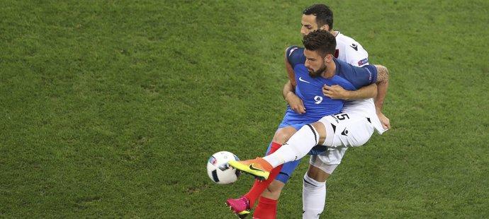 Olivier Giroud v souboji s albánským obráncem