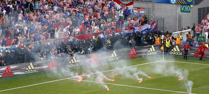 Nepěkný pohled nabídl závěr utkání Česko - Chorvatsko. Na hřiště létaly z chorvatského sektoru fanoušků dělbuchy a dýmovnice