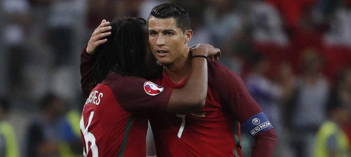Talentovaný Portugalec Renato Sanches slaví gól proti Polsku s kapitánem Cristianem Ronaldem