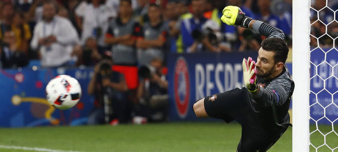 Portugalsky brankář Patricio penaltu Jakuba Blaszczykowskiho chytil