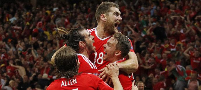 Fotbalisté Walesu slaví gól proti Belgii