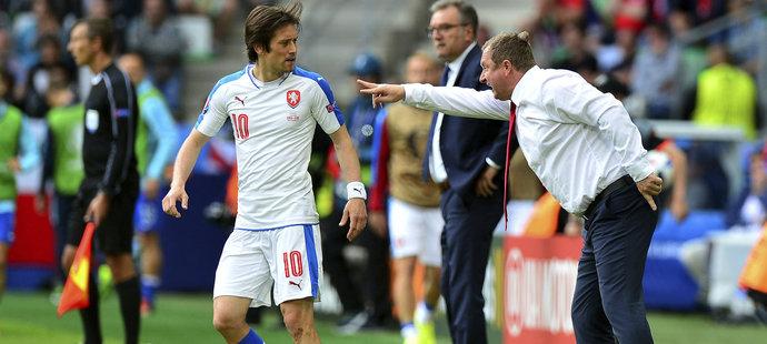 Tomáš Rosický sleduje křičícího kouče české reprezentace Pavla Vrbu při zápase s Chorvatskem na EURO 2016