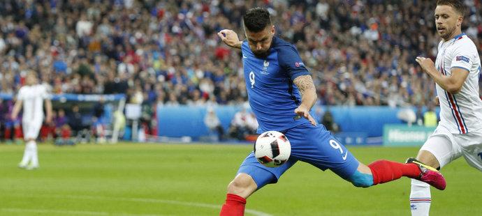 Olivier Girou střílí gól do sítě Islandu
