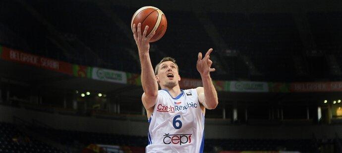 Český basketbalista Pavel Pumprla zakončuje v zápase proti Japonsku
