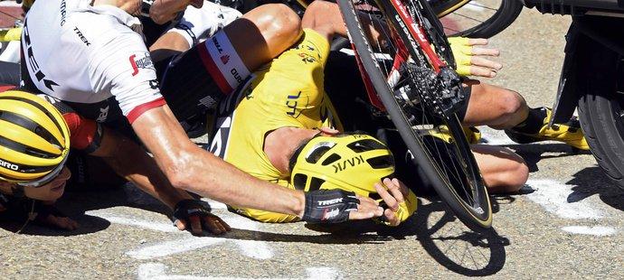Tvrdý pád lídra Tour de France Chrise Frooma