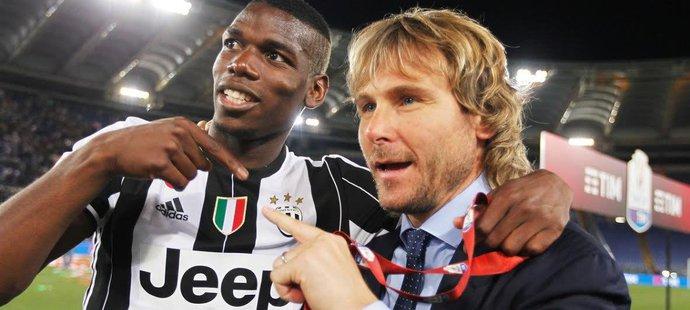Paul Pogba jako hlavní hvězda Juventusu s klubovým viceprezidentem Pavlem Nedvědem